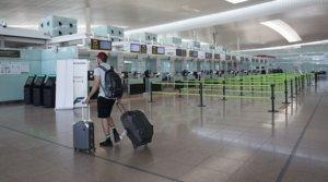 Escasa afluencia en el aeropuerto de Barcelona-El Prat, este lunes 27 de julio.