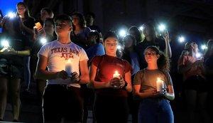Escenas de dolor en una vigilia en una escuela de El Paso.