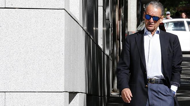 El exbanquero Mario Conde entrega su pasaporte en la Audiencia Nacional.