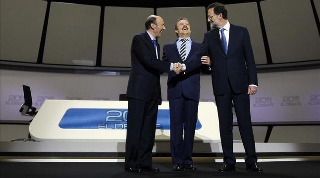 El exsecretario general del PSOE, Alfredo Pérez Rubalcaba, y Mariano Rajoy, se saludan antes del cara a cara, moderado por Manuel Campo Vidal (en el centro de la imagen),de la campaña de las generales del 2011.