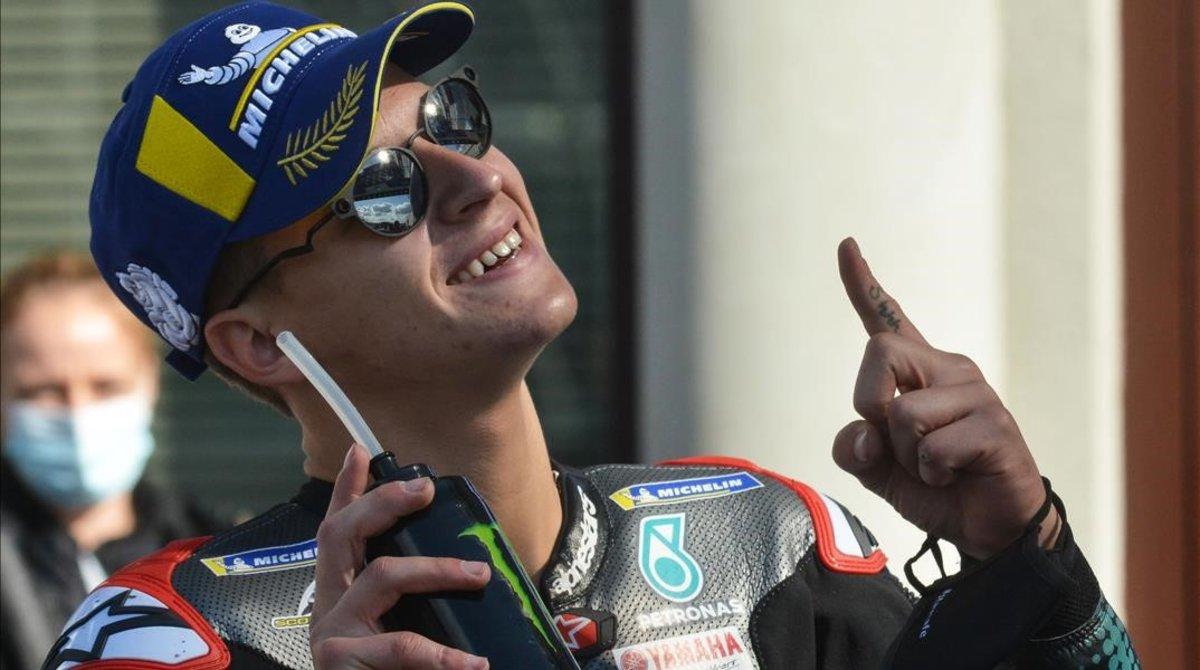 Fabio Quartararo (Yamaha) celebra, mirando al cielo, su tercera 'pole' de la temporada.