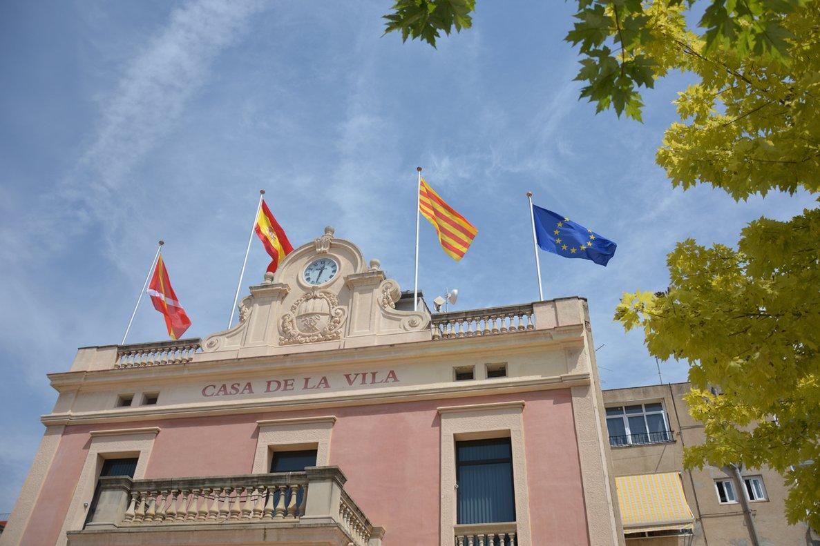 Fachada del Ayuntamiento de Rubí con la bandera de la Unión Europea.