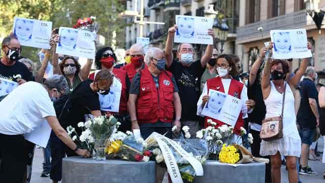 Familiares de algunas de la víctimas del atentado yihadista del 17A en las Ramblas de Barcelona han aprovechado el acto de recuerdo celebrado hoy para protestar antes los representantes de las administraciones presentes a los que han reclamado conocer la verdad.