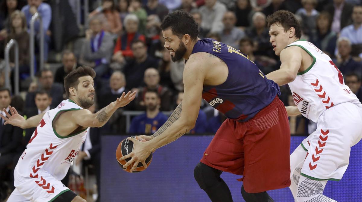 Faverani intenta controlar el balón entre Laprovittola y Voigtmann