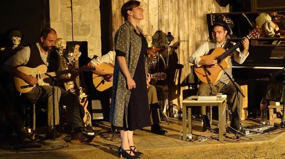 Clara Segura (izquierda) y los músicos Marc Serra, Joan Garriga y Marià Rochen una escena de Bodas de Sangre.