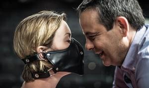 Mima Riera y David Bagés en una escena de la nueva producción deParaules encadenades, de Jordi Galceran, dirigida por Sergi Belbel.