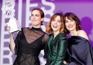 EPA1168. CANNES (FRANCIA), 10/04/2019.- Las actrices españolas Aixa Villagran (i), Leticia Dolera (c) y Celia Freijeiro (d) posan después de ganar el premio a Mejor Serie para televisión con 'Perfect Life' en el Festival Cannes Series en Cannes (Francia). EFE/SEBASTIEN NOGIER