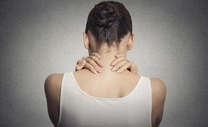 Una mujer aquejada de dolor de espalda.