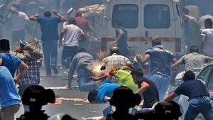 Fieles palestinos corren a resguardarse del gas lacrimógeno lanzado por las fuerzas de seguridad israelís en la Ciudad Vieja de Jerusalén, en una imagen de archivo, el 21 de julio.