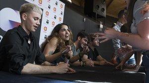 Hugo, Anaju, Rafa y Gèrard, de 'OT 2020' firmando discos en el FNAC Las Arenas de Barcelona.