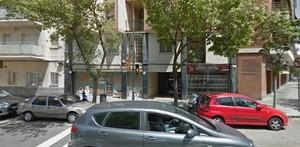 Al fondo, la tienda de animales de la calle de Concepció Arenal clausurada.