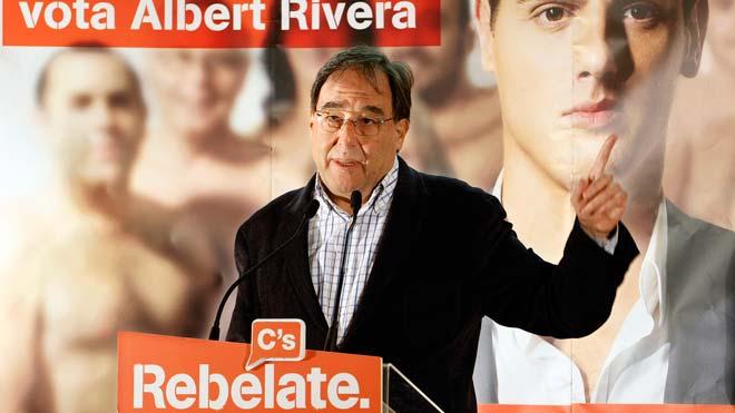 Francesc de Carreras, fundador de Cs, rompe el carnet del partido.