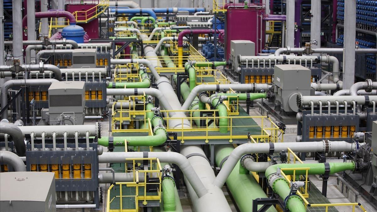 El interior de la planta desalinizadora del Prat de Llobregat.