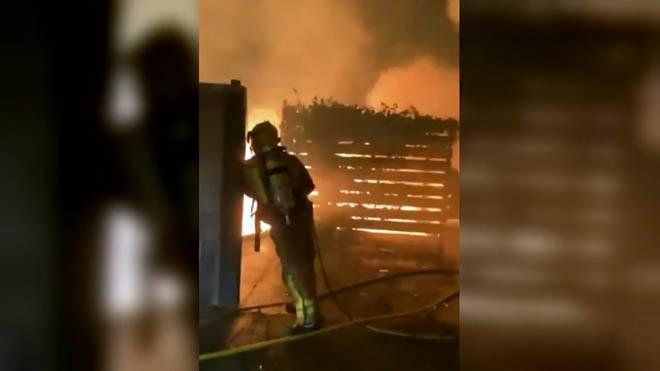 Un espectacular incendi devora una casa de fusta a Vacarisses (Barcelona) | VÍDEO