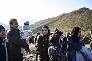 Un grupo de refugiados, tras llegar a la isla griega de Lesbos, este jueves.