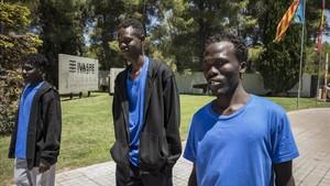 Hassan, Ramzi y Omda, tres de los inmigrantes rescatados por el Aquarius, salen a pasear por los alrededores del Complejo Educativo de Cheste
