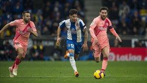 Hernán Pérez deja atrás a Alba y Messi.