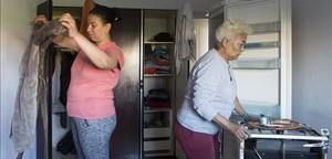 Hiba K., desahuciada con sus tres hijos la semana pasada (izquierda) en su nuevo domilio, con su amiga Lucinda.