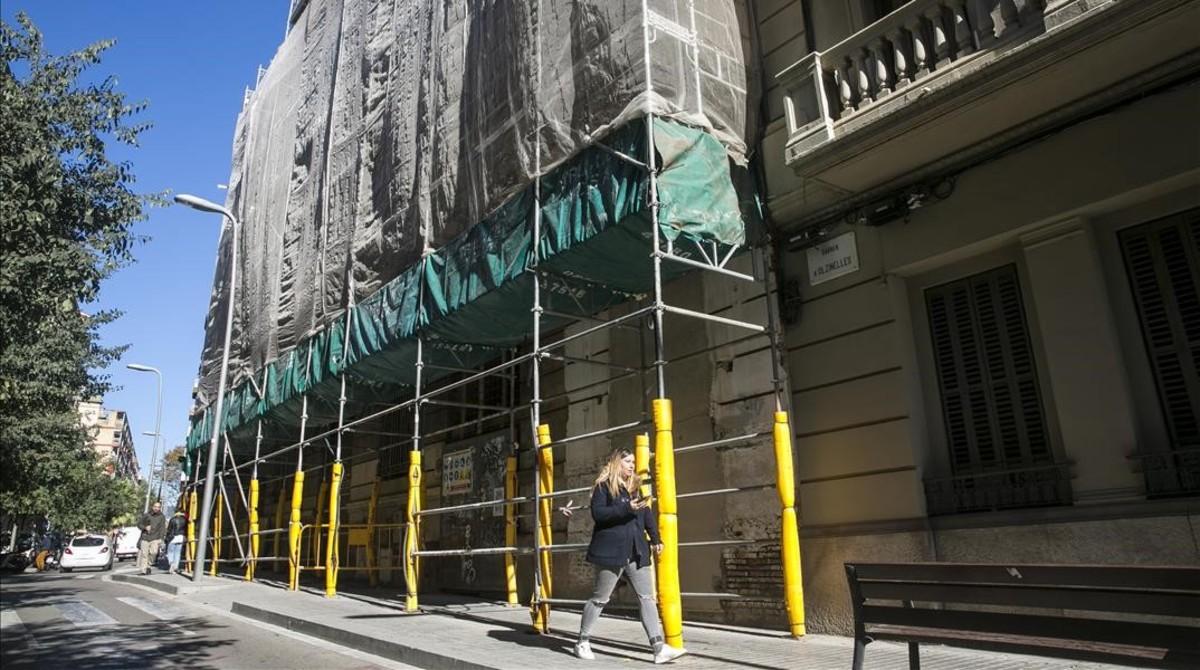 Aspecto de la fachada de la Lleialtat Santsenca, en la calle de Olzinelles,este miércoles.