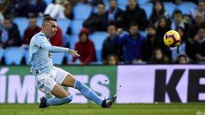 Iago Aspas rematando en un partido de liga en Balaídos
