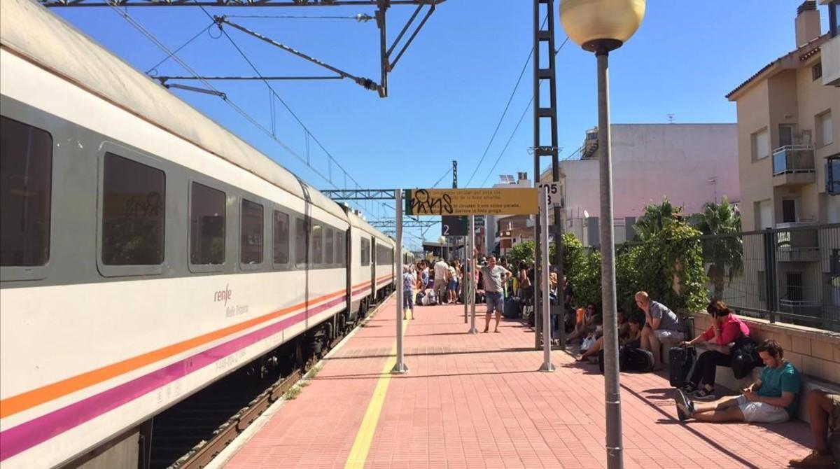 Pasajeros afectados por unaavería en la R-16, esperando la salida del tren en la estación de L'Ampolla, el pasado 22 de agosto.