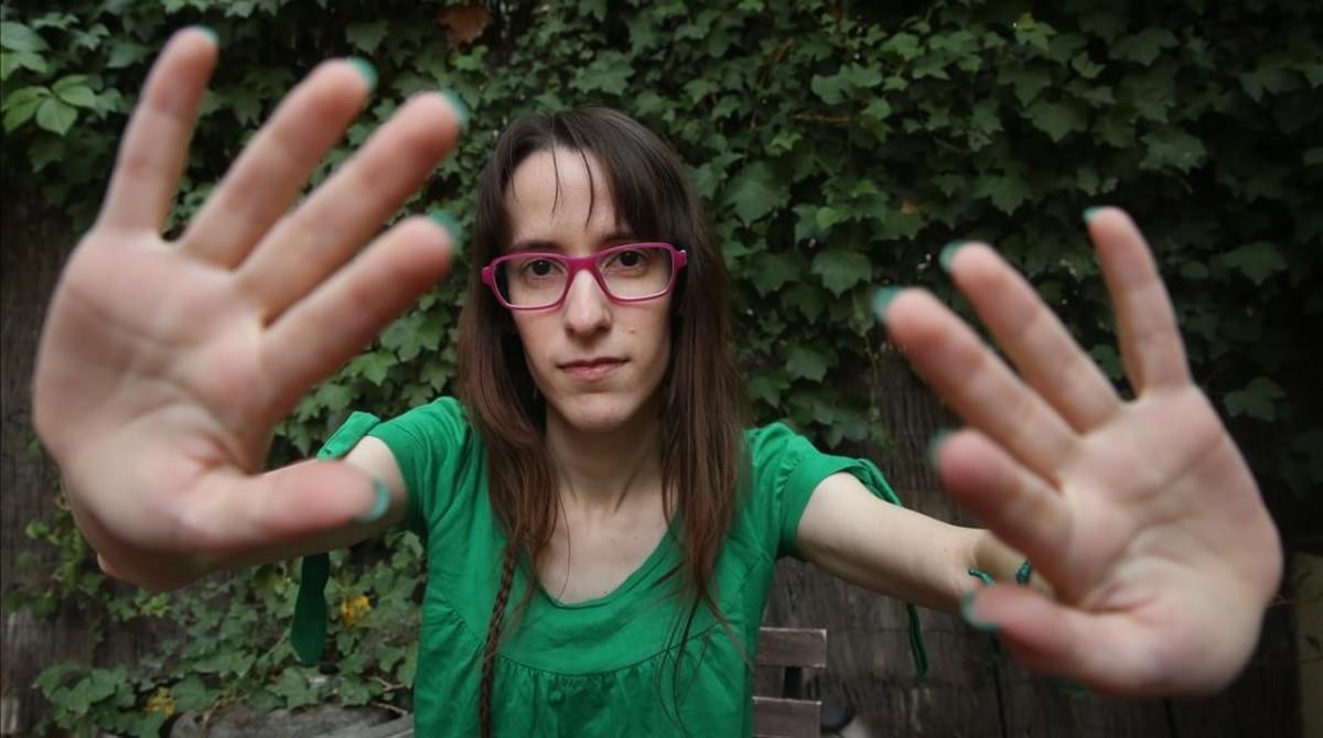 Mireia imita ante la cámara de fotos otrogesto habitualen sus vídeos: masajear al aire antela pantalla.