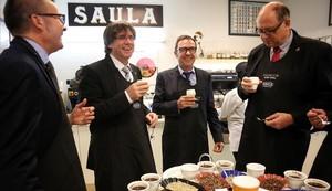 El presidente de la Generalitat, Carles Puigdemont, en la celebración del 65 aniversario de Café Saula.