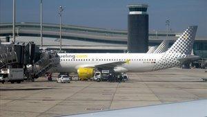 Imagen de archivo de un avión de la compañía Vueling, en el aeropuerto del Prat de Llobregat.