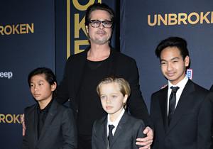 Imagen de diciembre del 2014 en la que Brad Pitt posa con sus hijos Pax (izquierda), Shiloh (centro) y Maddox, en el estreno en Los Ángeles de la película Unbroken, la segunda película como directora de Angelina Jolie.