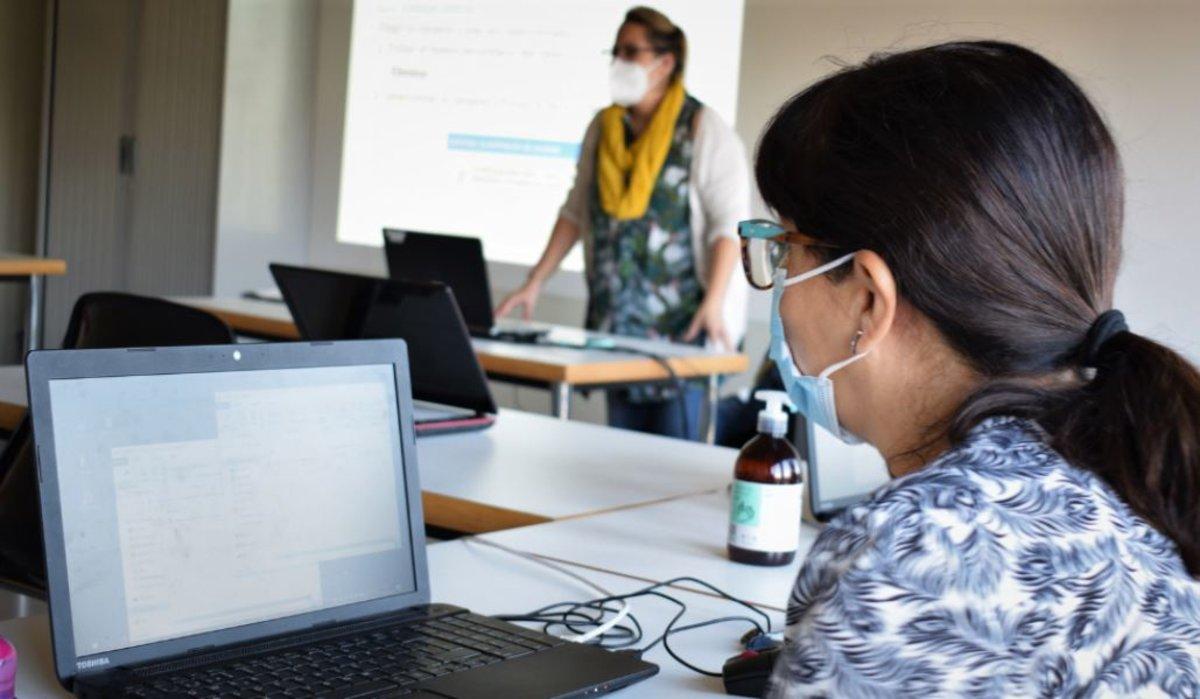 Imagen durante el curso formativo de Can Calderon para solucionar la brecha digital de género.
