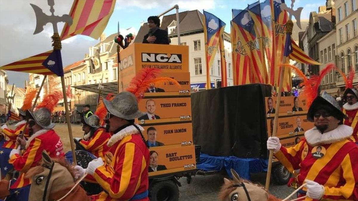 Un imitador de Carles Puigdemont protagoniza una carroza carnavalesca en Alost, Bélgica.