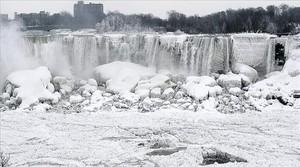 Impactante escena de las cataratas del Niágara en proceso de congelación, ayer.