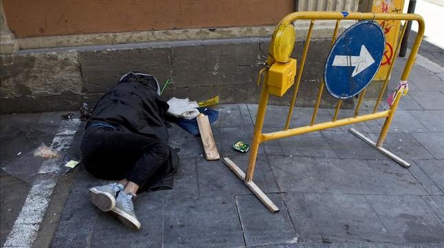 Una persona sin hogar en una calle deBarcelona.