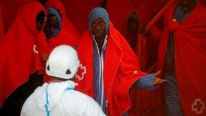 Un grupo deinmigrante rescatado este domingo en el Mediterráneo espera desembarcar en el puerto de Málaga.