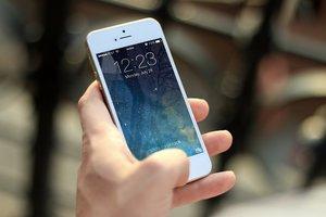Les conseqüències físiques de mirar molt el mòbil: treu papada i creix una 'banya' al crani