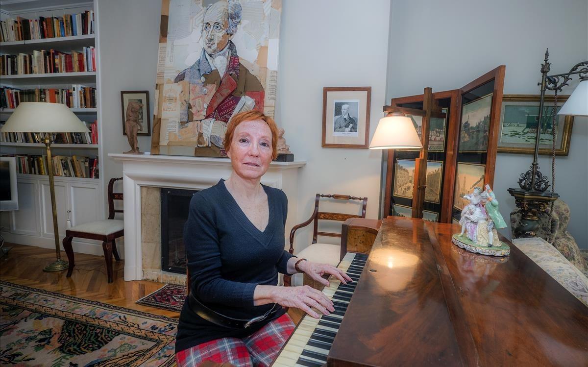 Anna Cuatrecasas y su piano Clementi, en Barcelona.