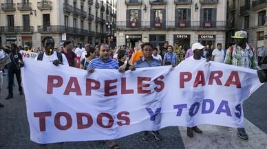 Acampada en la plaza de Sant Jaume a favor de los inmigrantes