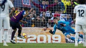 Luis Suárez transforma el penalti decretado por el VAR y que supuso el momentáneo 2-0.