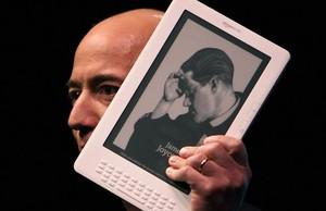 Jeff Bezos, con uno de sus Kindle.