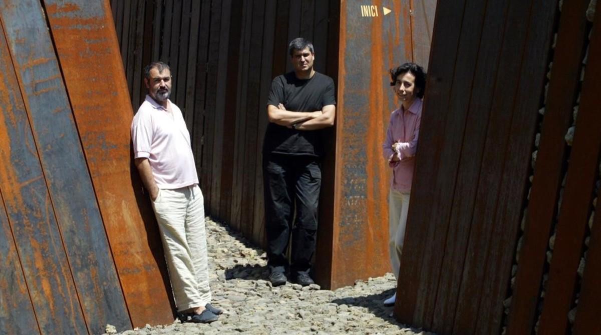 Ramon Vilalta, Rafael Aranda y Carme Pigem, en Parc de Pedra Tosca de Olot en el 2005.