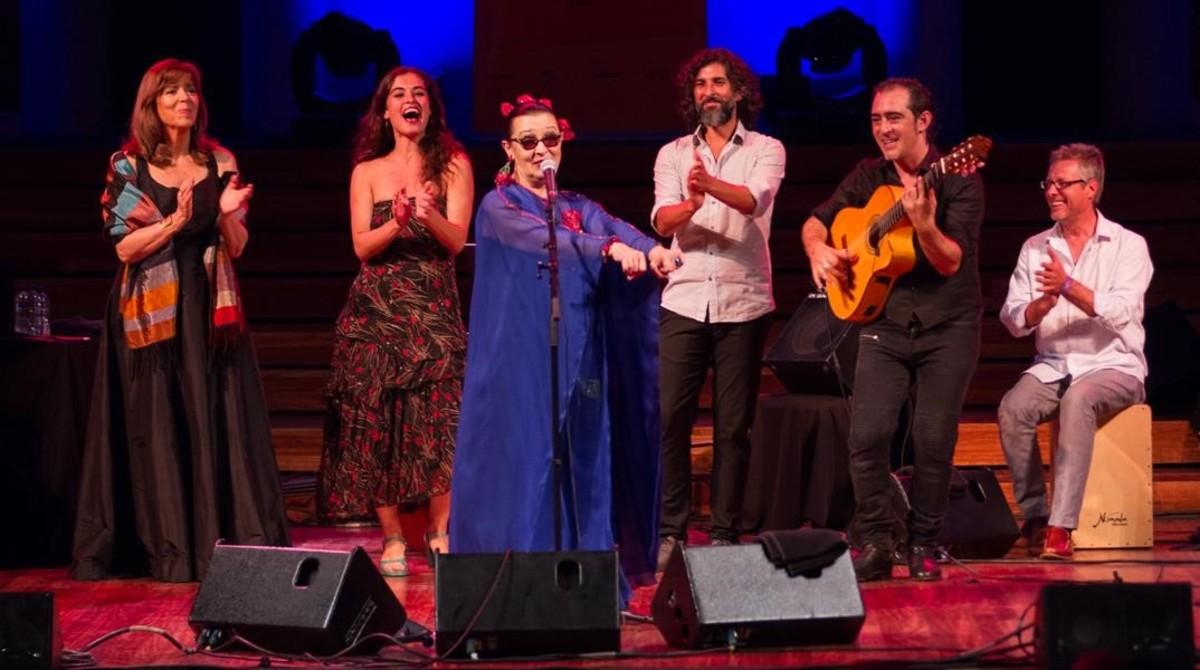 De izquierda a derecha, Maria del Mar Bonet, Sílvia Pérez Cruz, Martirio, Arcángel,Raúl Rodríguez yGuillermo McGill, el viernes en el Palau de la Música.