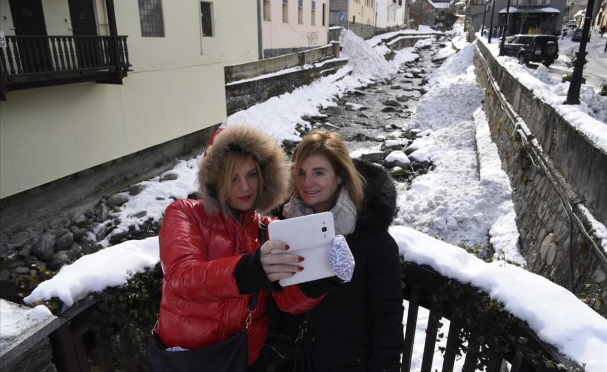 Idoia y Silvia, de Bilbao, se hacen un selfie en Viella.