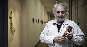 Jordi Muñoz, comisario de la muestra 'Cruz i ficció' en la galería Víctor Saavedra, el viernes pasado.