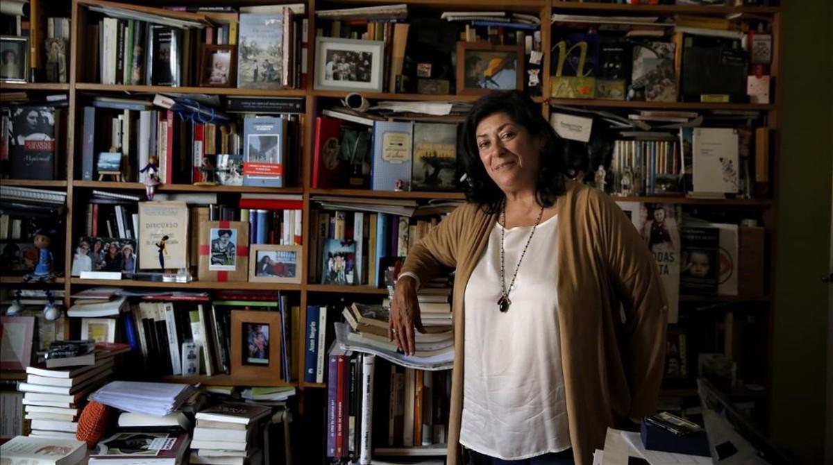 Retrato de la escritora Almudena Grandes en su casa