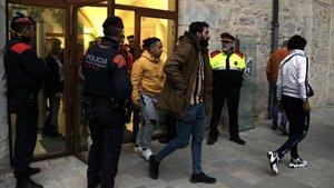 Jóvenes del centro de acogida de menores de Sant Gregori salen de su encierro de más de una hora en la sede de la Generalitat de Girona, este miércoles.