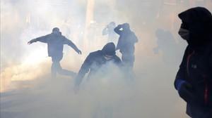 Jóvenes encapuchados lanzan cóctels molotov en la manifestación del Primero de Mayo en París.
