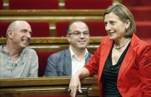 La presidenta del Parlament, Carme Forcadell, junto al portavoz del Govern, Jordi Turull, y el diputado de Junts pel Sí, Lluís Llach.