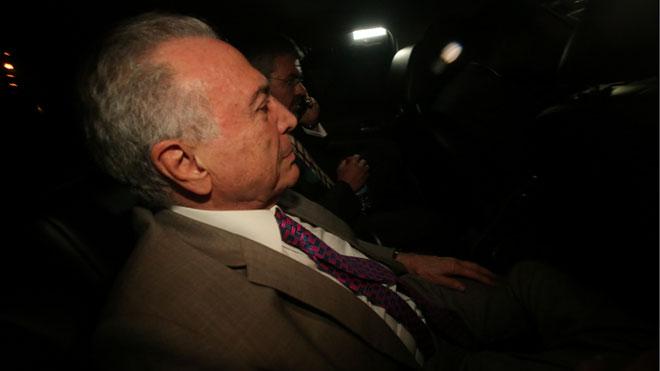 El juez concede libertad al expresidente de Brasil Michel Temer. En la foto, Temer llega a su casa.