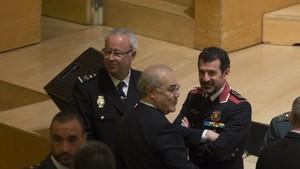 El juez Pablo Llarena conversa con el jefe de los Mossos Ferran López en la entrega de despachos de los nuevos jueces, presidida por el Rey, ayer en Barcelona.