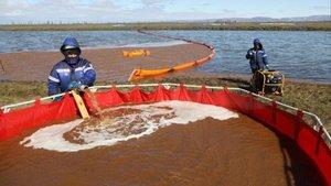 Labores de recogida del fuel vertido en Ambamaya, en el Ártico.
